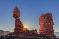Utah, Arches, National Park, balanced rock, sunrise, sunburst